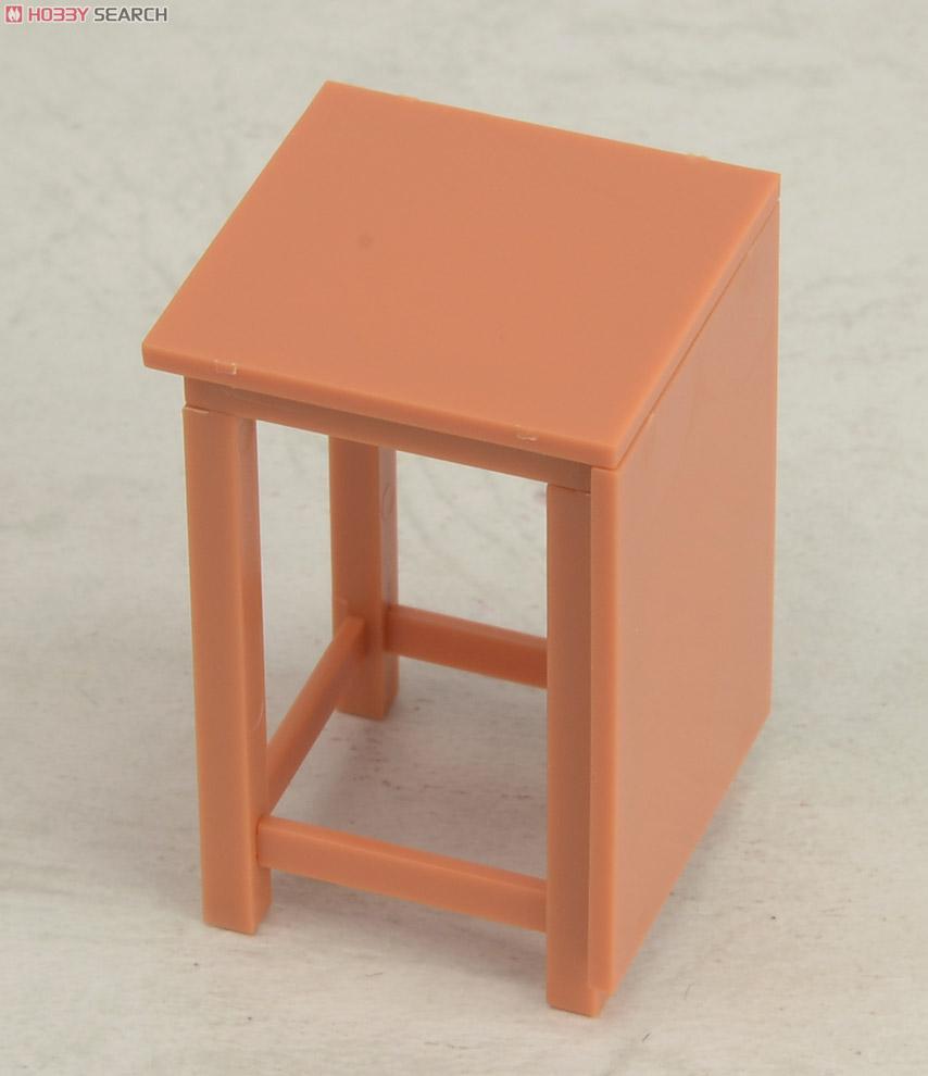 学校の家具(?)って耐久性という面では秀逸ですよね