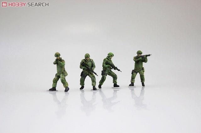 陸上自衛隊 3 1/2t トラック 装甲強化型 (隊員6体セット) (プラモデル)